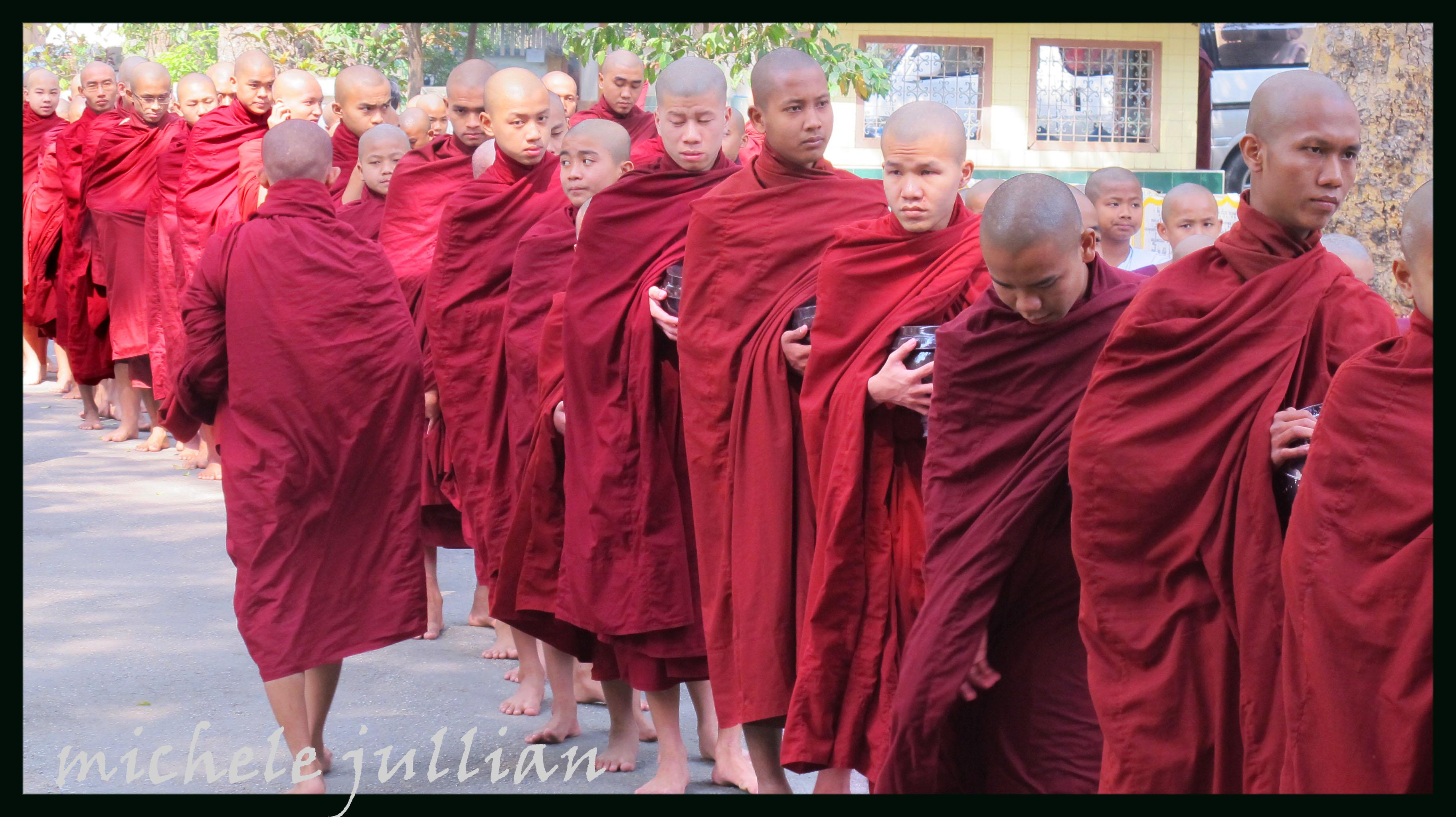 un moine chrétien rencontre des moines bouddhistes