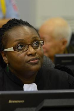 Me. Anta Guissé en session au Tribunal spécial pour le Cambodge. En arrière-plan, Khieu Samphan (c) ECCC