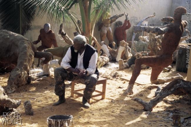 """Ousmane Sow (1935-2016), sculpteur sénégalais, entouré de son oeuvre """"La bataille de Little Bighorn"""", dans son atelier. Dakar (Sénégal), 1998."""