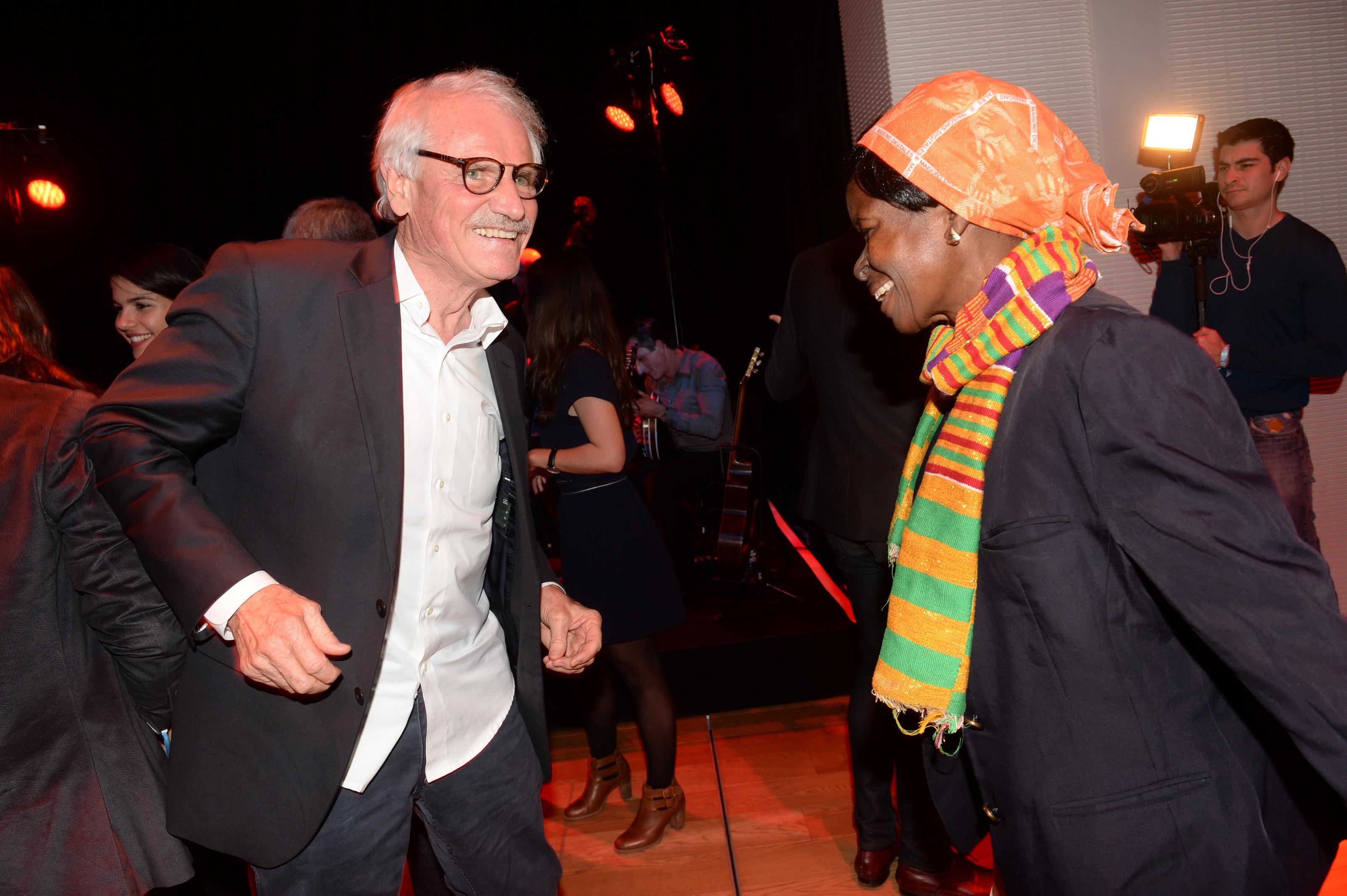 yann-arthus-bertrand-danse-avec-la-laureate-philomene