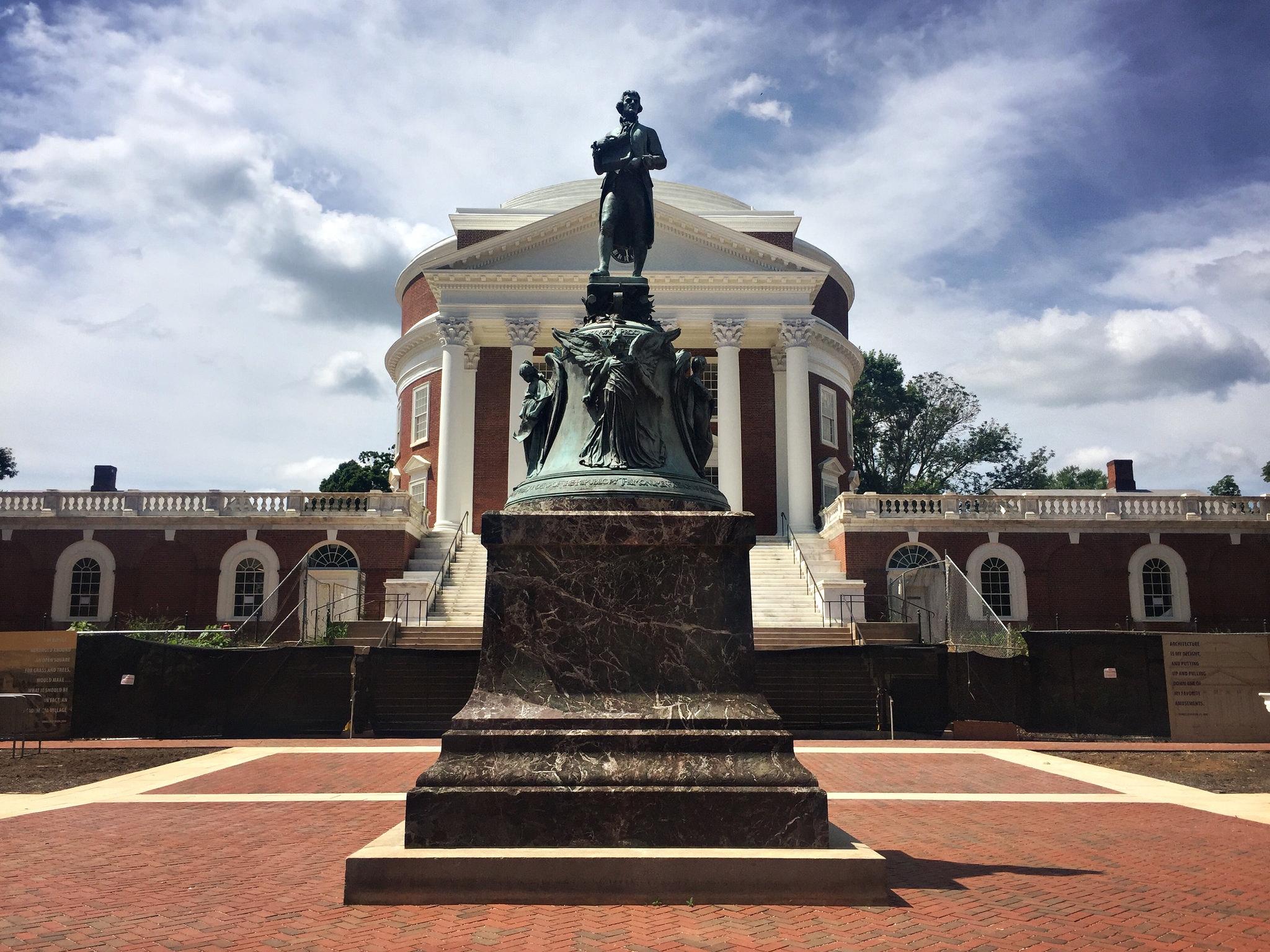 Façade néo-paladienne de l'université de Virginie, depuis la ville
